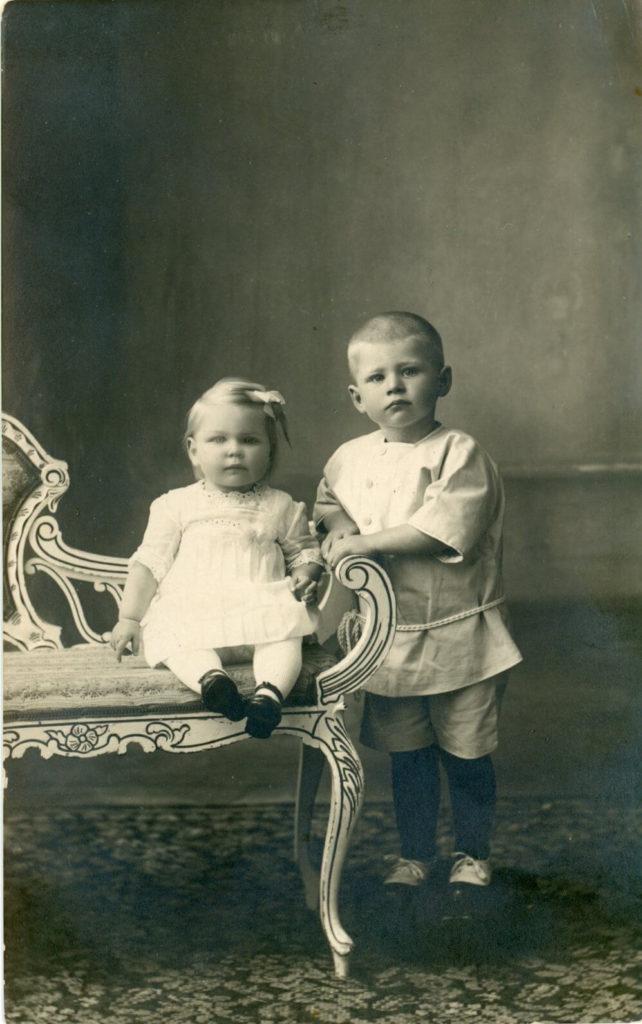 Jongen en meisje rond 1925